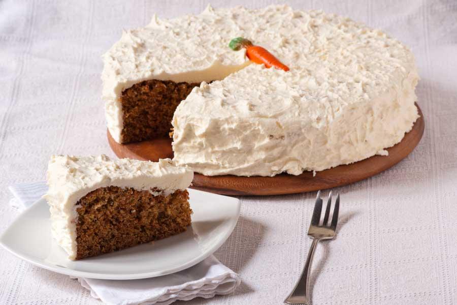 torta di carote decorata con la classica glassa al cream cheese
