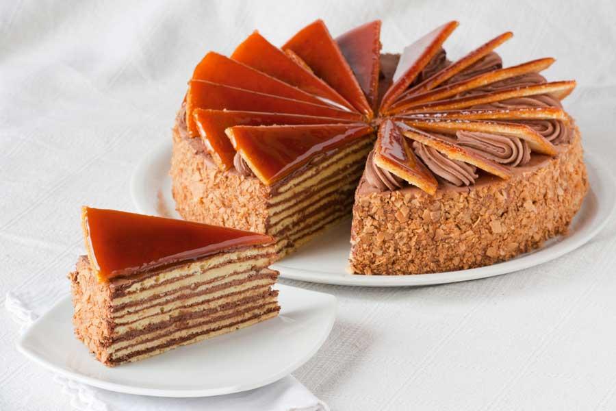 torta dobos con strati di cioccolato al latte e pan di spagna