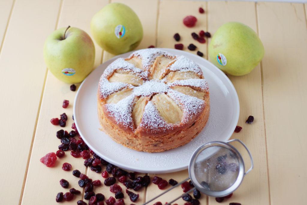 bizcocho de manzana y frutas del bosque