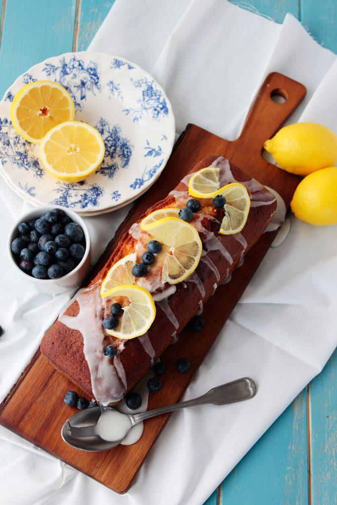 Bizcocho de limón y arándanos frescos