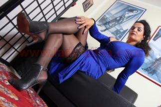 Für den Stoffe + Nylon + High Heel Fetischisten - Blaues Satin Kleid-004