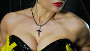 Domina Alina im Schwarz Gelb Leder Outfit 6 - Lederfetisch Corsage Higheel Silettoboots