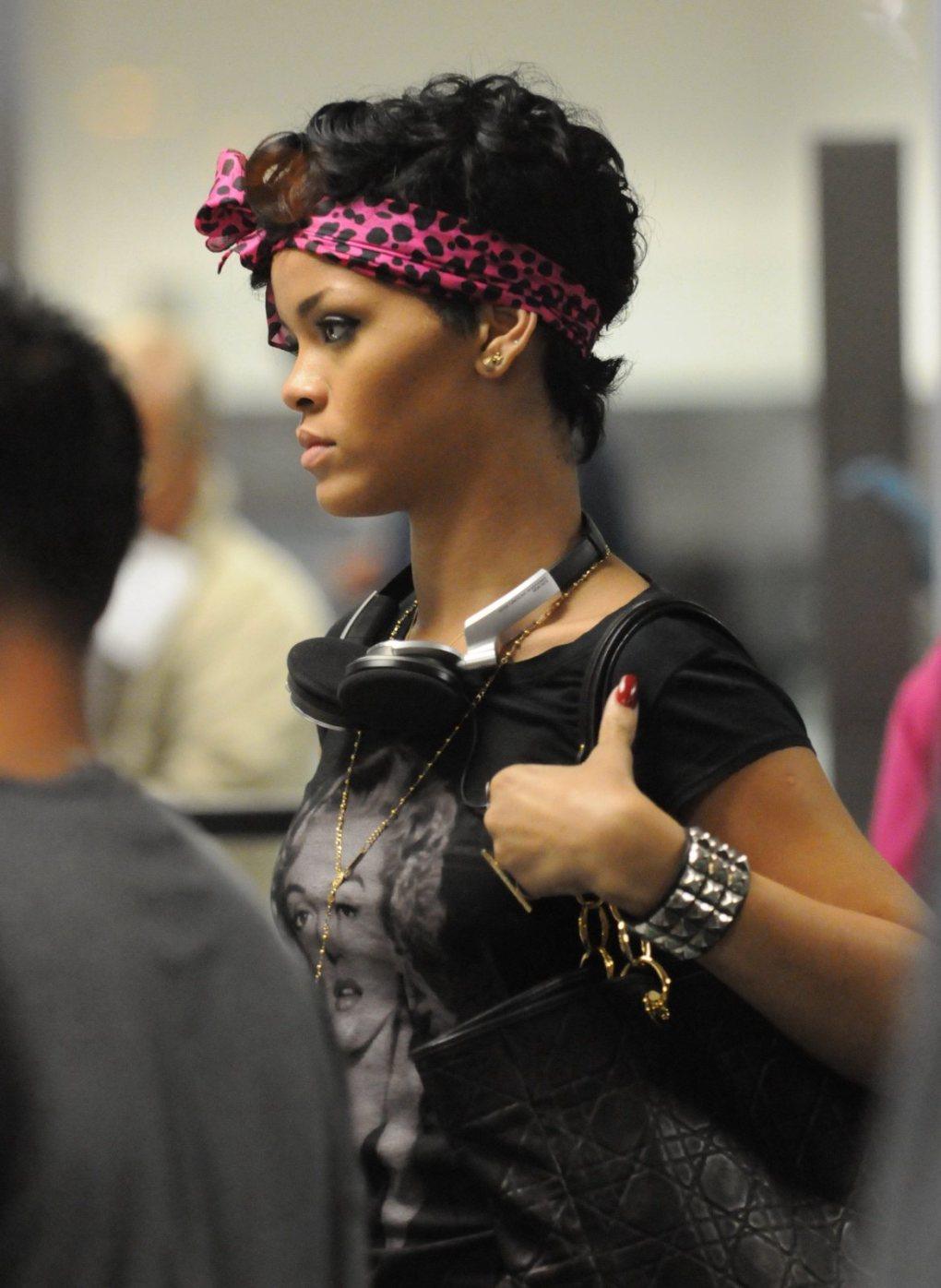 rihanna avec un bandeau rose