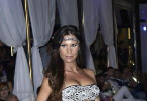 Antonella Mosetti, bikini da urlo: sfila per Chic Beachwear FOTO