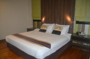 Bally's Studio Suites Silom Hotel bed corner shot