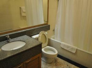 Best Comfort Bangkok Hotel toilet