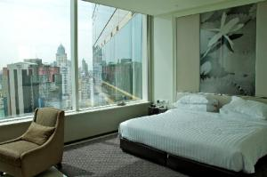 Grande Centre Point Hotel Terminal 21 bedroom with a view