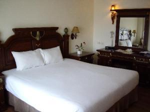 LK Metropole Hotel bed
