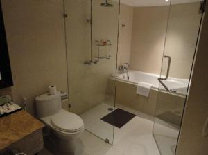 S15 Sukhumvit Hotel toilet and bathroom