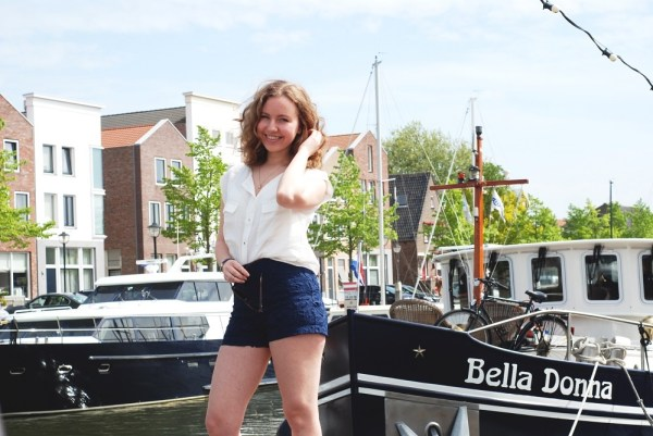 Cute outfit in the harbor | lADY gOLDAPPLE
