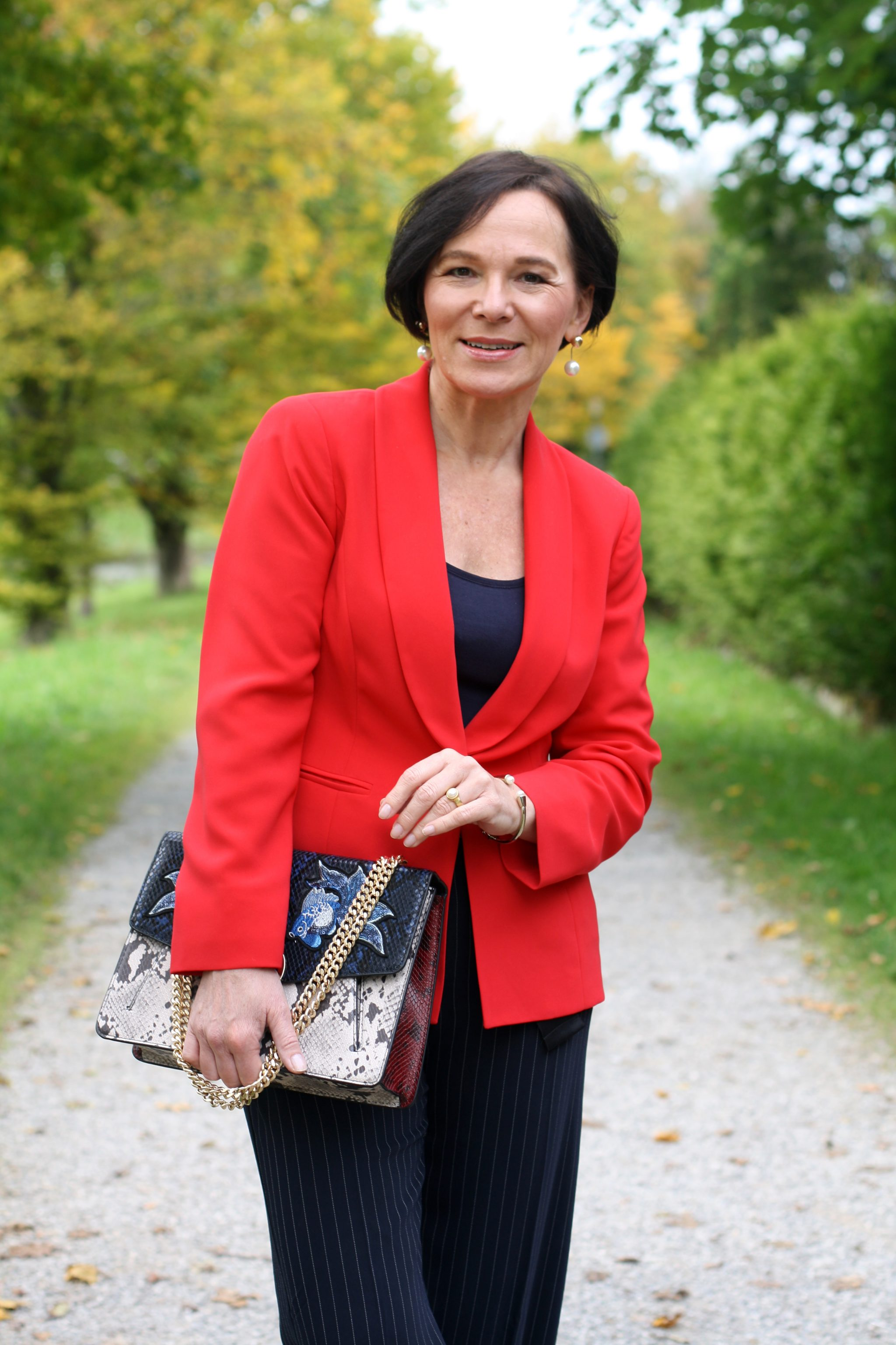 Herbstlook Trendfarbe Roter Blazer Madeleine Marlenehose Lady of Style