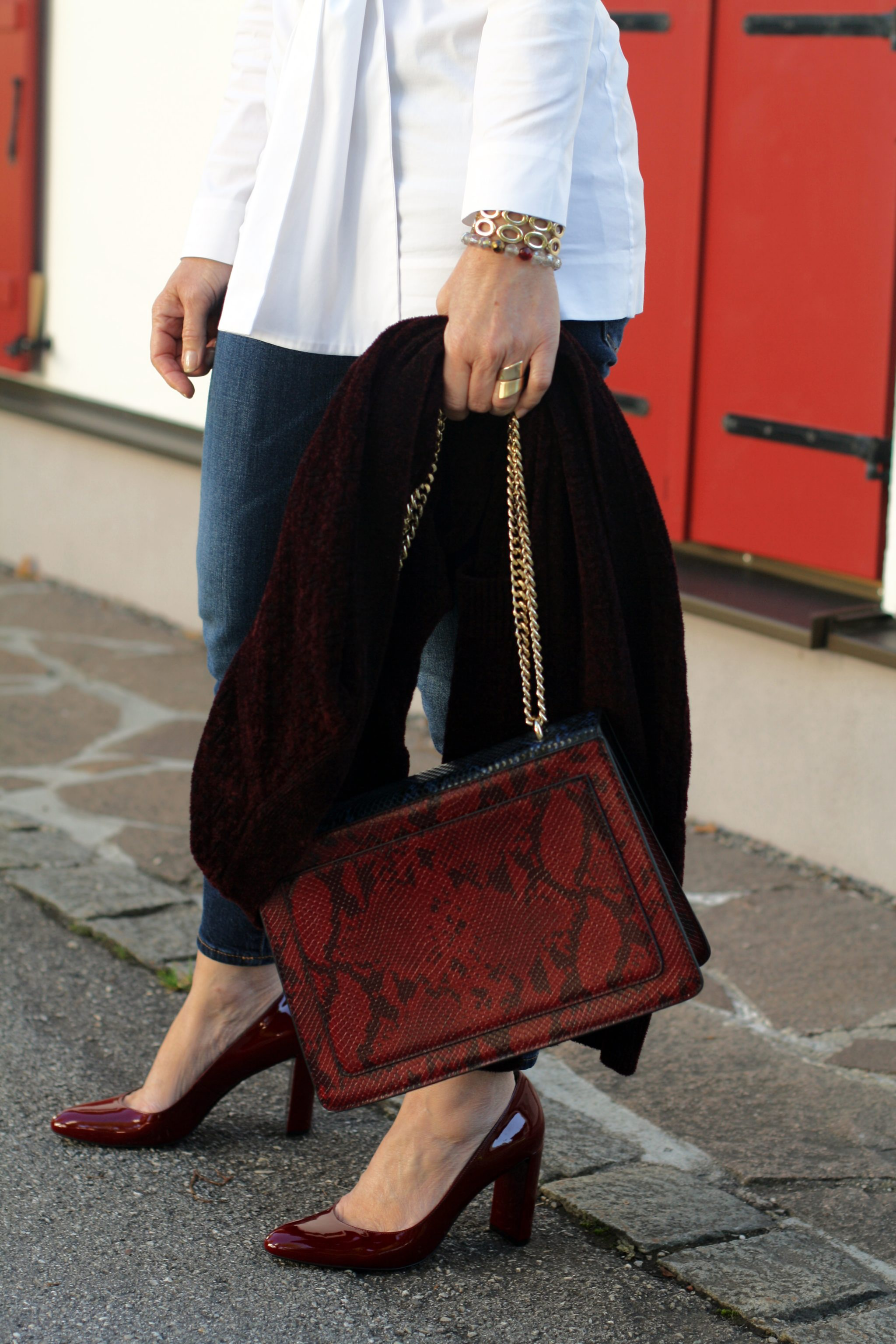 Weisse COS Bluse Skinny Jeans Rote Pumps Mango Statement Tasche LadyofStyle