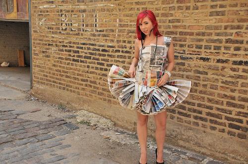 vestido diseñado con periodicos