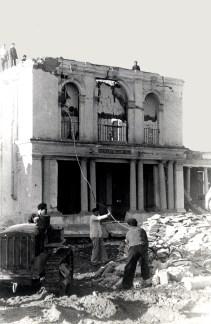 Primer momento del derribo de la fachada principal de la Casa Cuna
