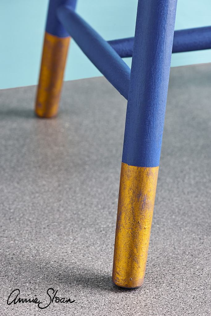 """Pieds de chaise réalisés avec une finition à la cire à dorer """"Warm Gold"""" sur une peinture Napoleonic Blue d'Annie Sloan"""