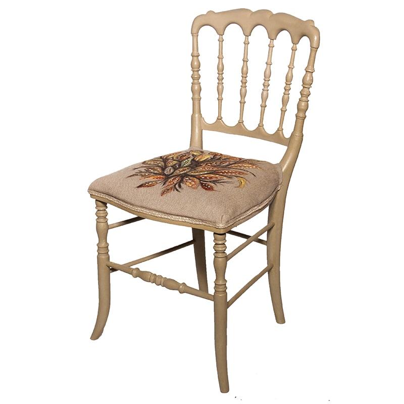 Chaise entièrement peinte et patinée à la main par La Fée Caséine dans le style de Seraphine de Senlis
