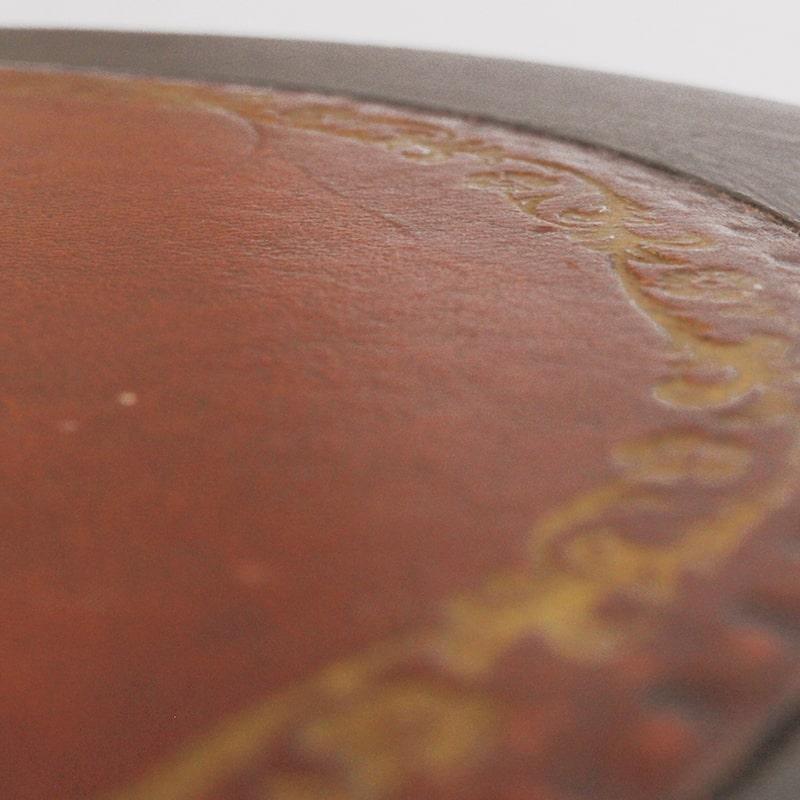Détail du cuir d'un guéridon entièrement peinte et patinée à la main par La Fée Caséine