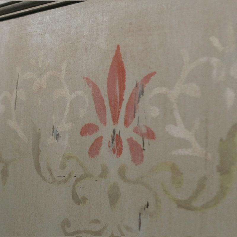 motif peint sur un meuble bar entièrement peint et patiné à la main par La Fée Caséine
