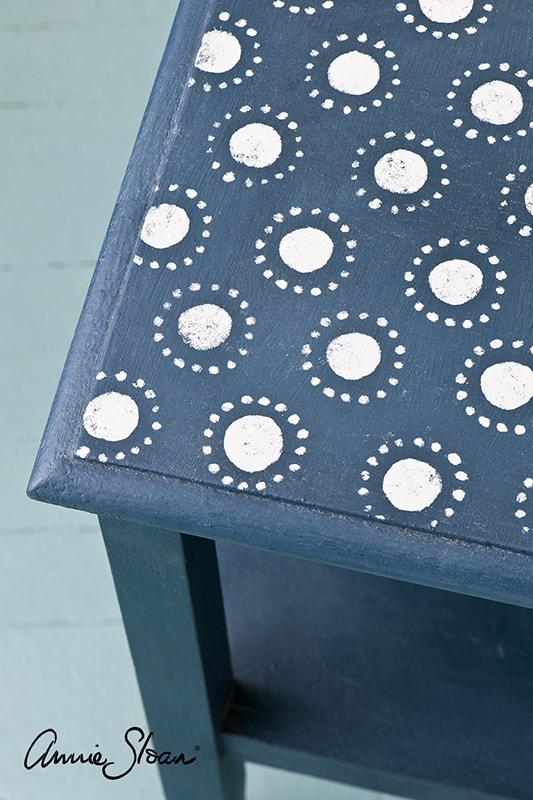 meuble relooké avec le pochoir circles d'Annie Sloan