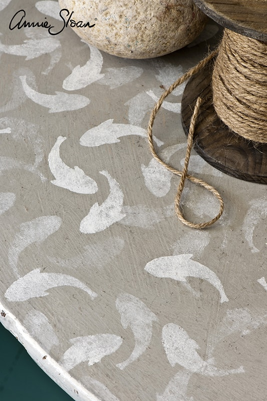 meuble relooké avec le pochoir poissons d'Annie Sloan