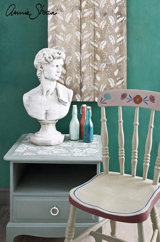 table de chevet relookée avec le pochoir bouquet de roses d'Annie Sloan