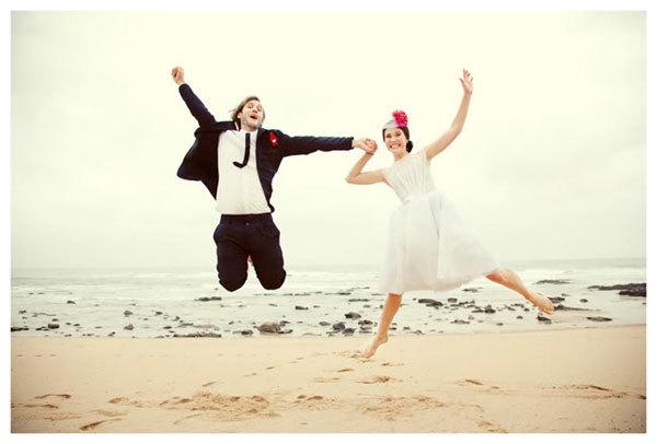 Mariage-sur-la-plage-decontracte-13-Les-maries.jpg