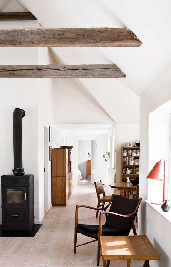 Travi in legno a vista per una casa con il soffitto che arreda
