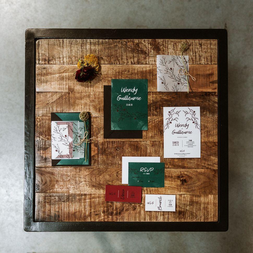 La fille au Noeud Rouge - shooting urbain végétal faire-part mariage minimaliste coupon dîner réponse brunch vert bordeaux blanc