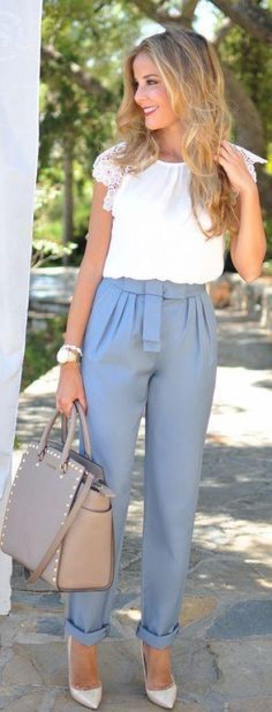 s'habiller pour aller travailler avec un pantalon bleu ciel