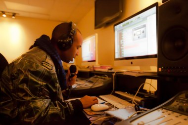 The Digital audio Essentials lab is where students begin their Pro Tools Certification training. This multi-station lab provides a vehicle for the Pro Tools 101 and 110 curriculum using 27-inch Apple iMac computers, M-Audio Oxygen 25 MIDI controllers, and Avid 002 interfaces.