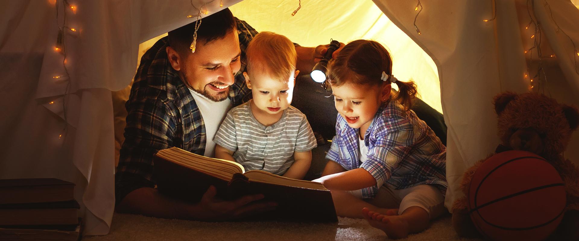 Le carezze della sera: mamme e papà raccontano la bellezza della genitorialità