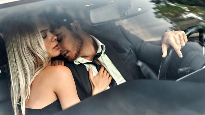 coppia in auto