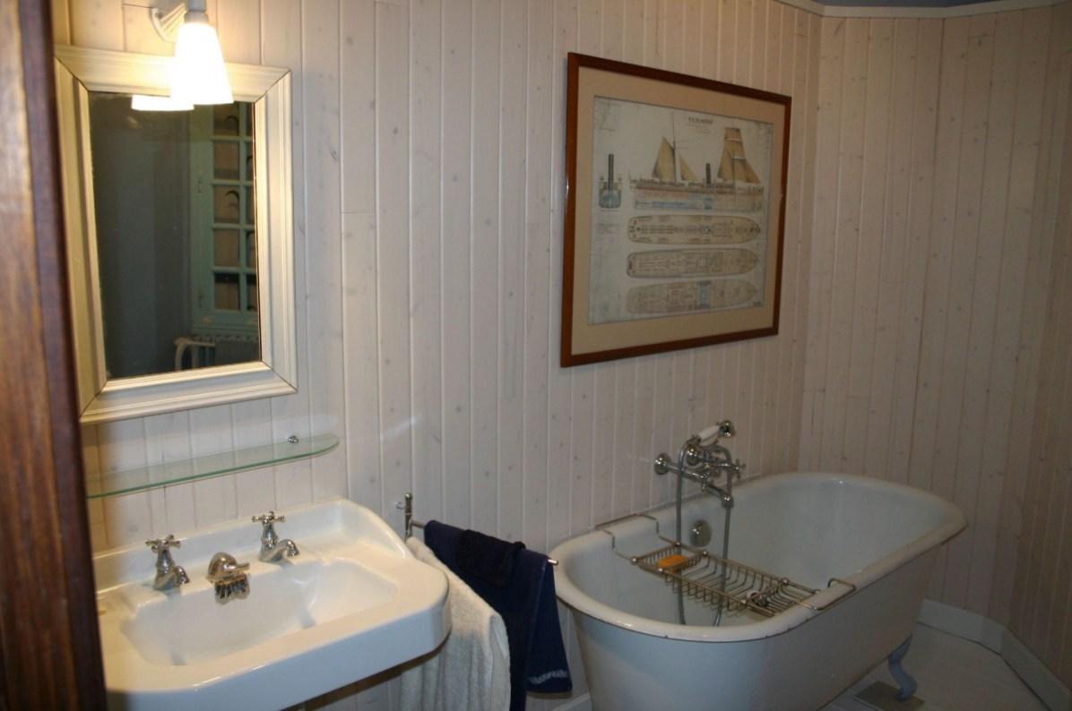 Salle de bains avec langeuse