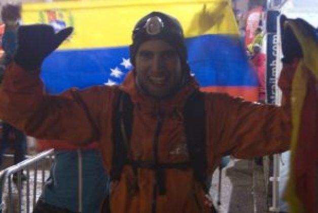 Lago con Mariana y la bandera de Venezuela