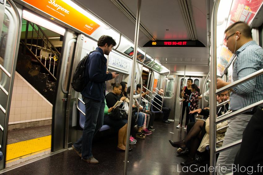 intérieur d'un metro à new york