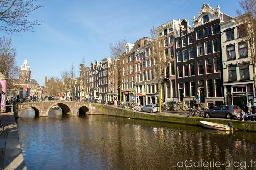 petit pont au dessus d'un canal à amsterdam