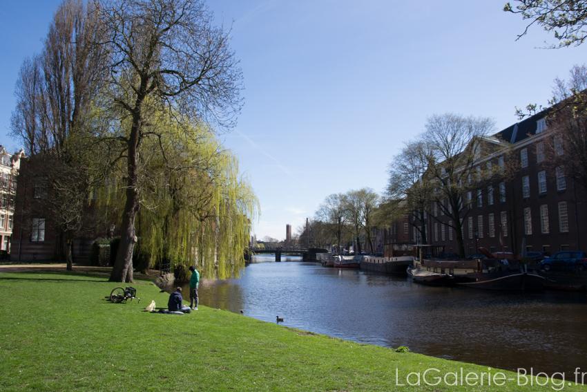 parc au bord d'un canal