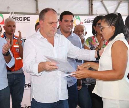 Neste mês de junho, Ednalva Alexandrino Nascimento, moradora do povoado Salobra em Simão Dias, foi uma das beneficiadas com a regularização fundiária / Foto: Jorge Henrique/ASN
