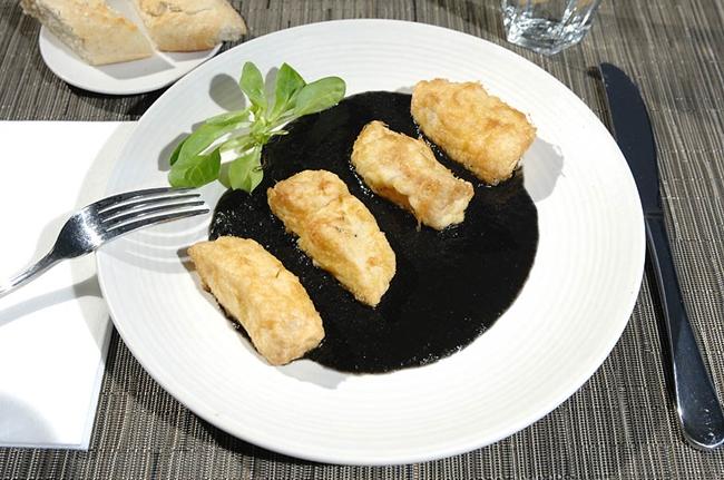Merluza con salsa de chipirones de Ondarreta La moraleja
