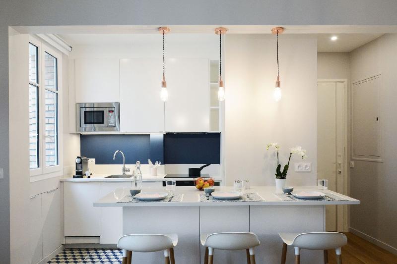 Come distribuire le funzioni cucina e soggiorno in un unico ambiente su cui. La Trasformazione Di Un Ordinario Appartamento Di 30 Mq A Parigi La Gatta Sul Tetto
