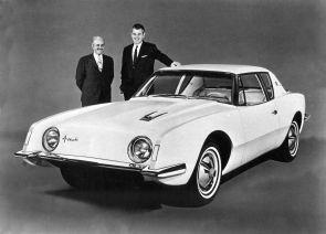 Raymond Loewy, designer et le président de Studebaker, Sherwood Egbert à côté de la Studebaker Avanti