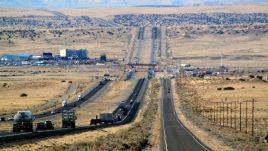 La route 66 à droite à côté d'une interstate