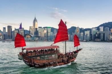 GIUNCHE (HONG KONG) – Tra i mezzi di trasporto più originali a Hong Kong ci sono le giunche. Si tratta di barche costruite sul modello delle antiche navi a vela cinesi, trasformate in vascelli motorizzati. Sono gettonatissime tra i turisti.