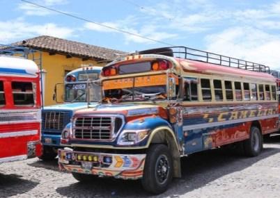 CHICKEN BUS (GUATEMALA) – Sono vecchi scuolabus americani che, dopo 150.000 chilometri o 10 anni di vita, vengono venduti in America Centrale. Qui rinascono a nuova vita, coloratissimi e riccamente decorati. I Chicken Bus sono un'esperienza obbligata per chi visita il Guatemala.