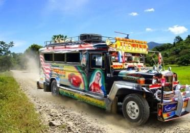 JEEPNEY (FILIPPINE) – Colorata, originale ma anche storica: la jeepney è uno dei mezzi più popolari ed economici delle Filippine. Diffusasi negli anni '50 – è la versione modificata delle jeep militari americane, donate o vendute ai locali dopo la Seconda Guerra Mondiale – è rinomata per le sue decorazioni e, per questo, simbolo della cultura e dell'arte del Paese asiatico.