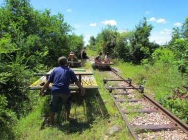 TRENO DI BAMBÙ (CAMBOGIA) – Dotato di motore elettrico, può raggiungere i 40 km/h. Si tratta di un treno con un'intelaiatura di legno ricoperta di stecche di bambù (da qui il nome). Sotto l'intelaiatura ci sono due rulli che scorrono su rotaia e che si muovono grazie a un motore alimentato a benzina. Si trova nei pressi di Battambang, in Cambogia nord-occidentale.