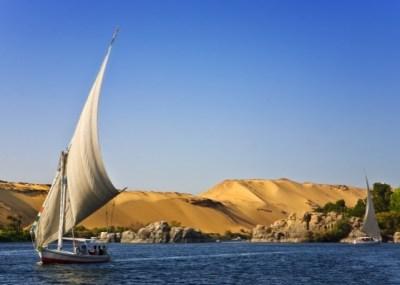 FELUCA (EGITTO) – Utilizzata da migliaia di anni, è una barca a vela tradizionale fatta di legno. Diffusa soprattutto nel Mar Rosso, è rinomata tra i turisti per visitare in modo alternativo località come Assuan o Luxor.