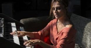 Chiara Civello al pianoforte. Foto di Solange Souza.