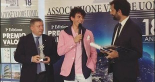 Mirko Trovato riceve il Premio Valore. Foto da Facebook.