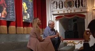 Lara Sansone con Benedetto Casillo, durante la presentazione della stagione del Teatro Sannazzaro.